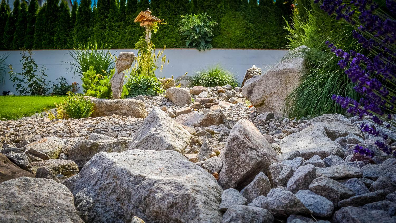 Natursteinarbeiten Bachlauf