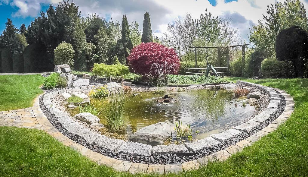 Gartenteich mit Springbrunnen