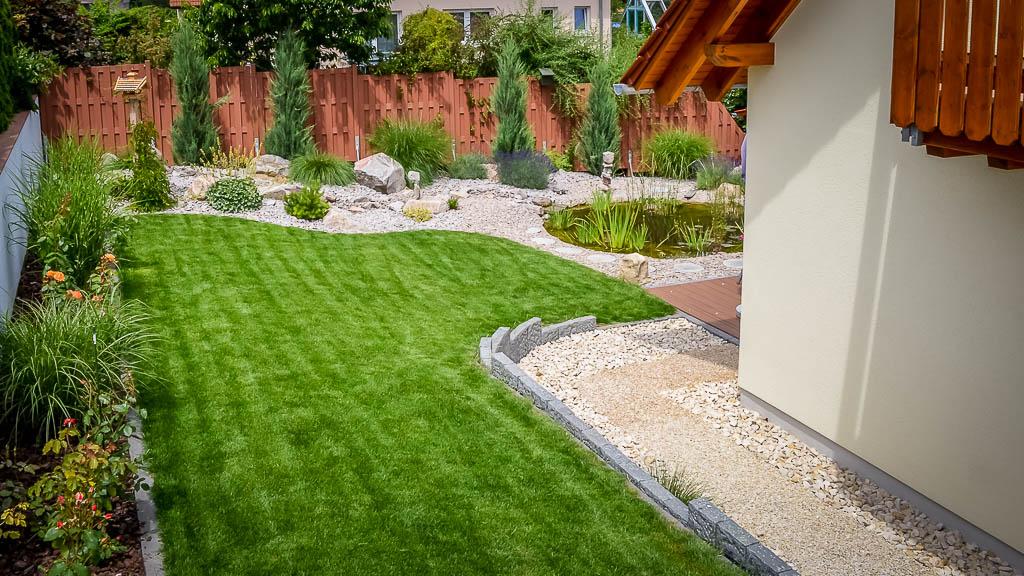 Gartenanlagen Terrasse Rasen Naturstein Teich Privat