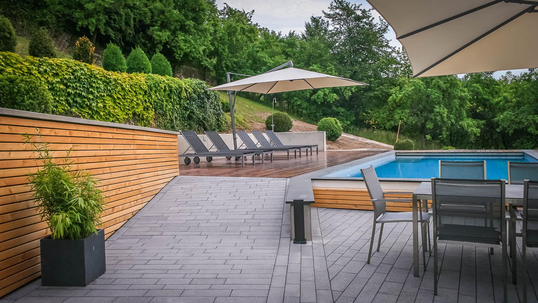 Pool im Garten - ein Traumpool inmitten moderner Gartenbau und Landschaftsbau Gestaltung. SP