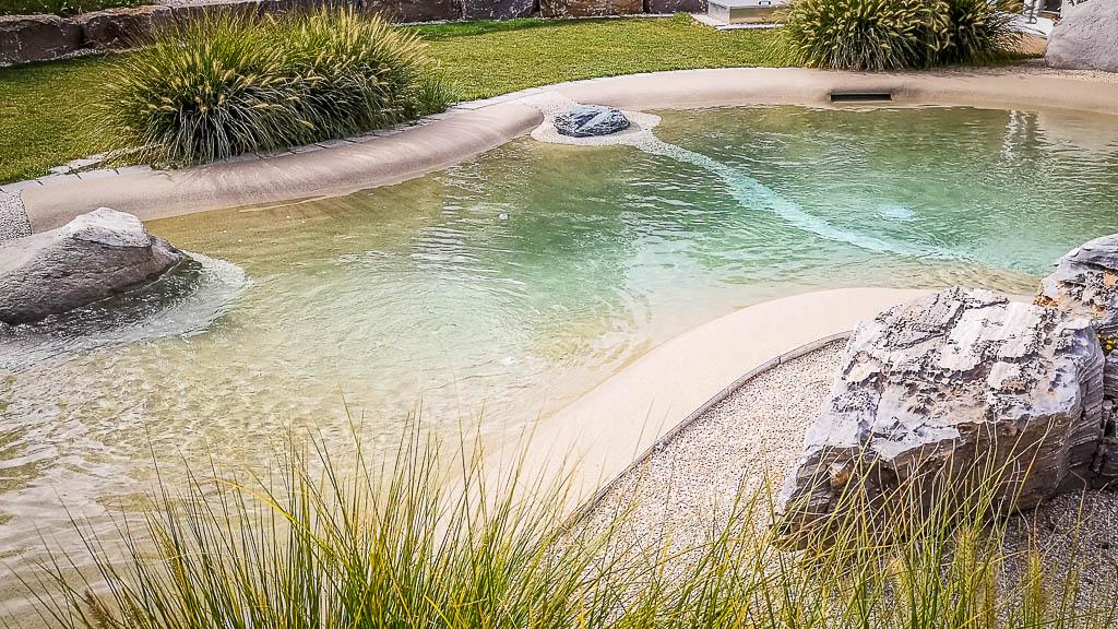 Ein myDesign Pool - ein Schwimmteich, der auch barrierefrei für Menschen mit Geh- bzw. Bewegungsbehinderung konzipiert werden kann. Made by myDesignPool - die Schwimmbadmanufaktur im Süden Deutschlands, aus Baden-Württemberg, im Landkreis Böblingen, Ammerbuch