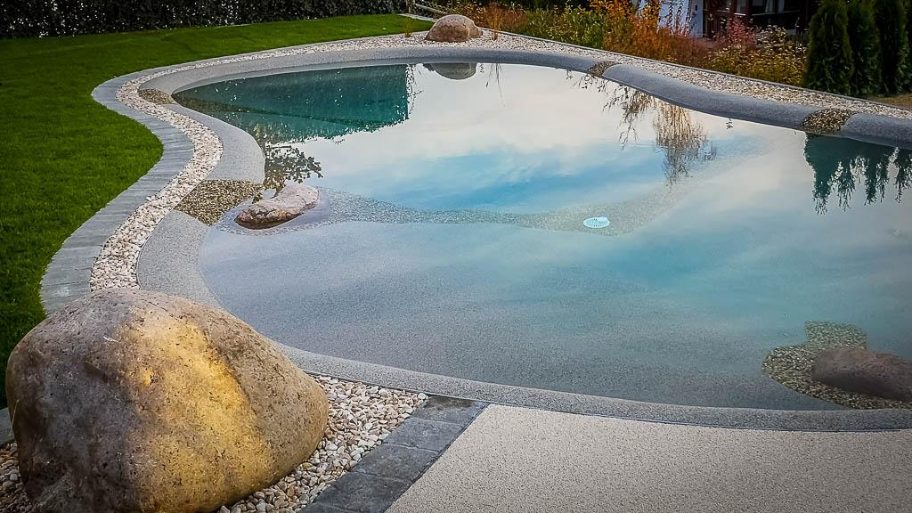 Ein BioDesign Pool - ein Schwimmteich, der auch barrierefrei für Menschen mit Geh- bzw. Bewegungsbehinderung konzipiert werden kann. Made by myDesignPool - die Schwimmbadmanufaktur im Süden Deutschlands, aus Baden-Württemberg, im Landkreis Böblingen, Ammerbuch
